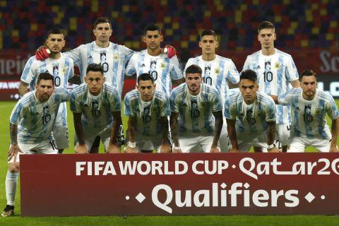 Οι παίκτες της Αργεντινής με φανέλα προς τιμήν του Ντιέγκο Μαραντόνα