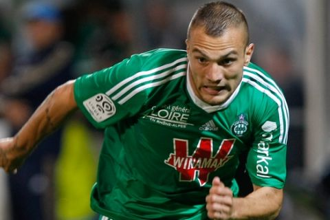Saint-Etienne's French forward Yohan Mollo, runs with the ball  during their League One soccer match against Marseille, at the Velodrome Stadium, in Marseille, southern France, Tuesday, Sep. 24, 2013. (AP Photo/Claude Paris)