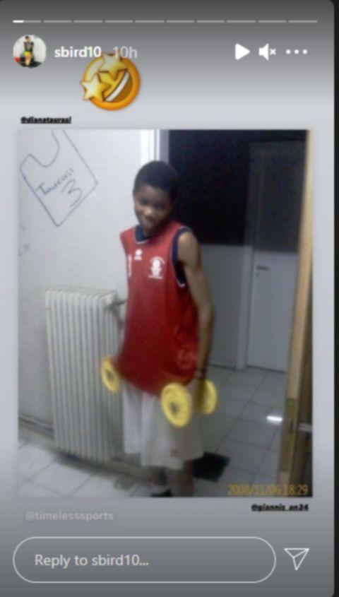 Το post της Μπερντ, όπου ο Γιάννης είναι σε παιδική ηλικία στο σπίτι του, έχοντας πίσω ζωγραφισμένη την φανέλα της Ταουράσι