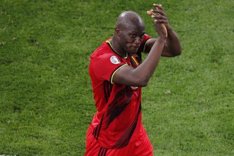 Ο Λουκάκου χειροκροτά μετά τη νίκη του Βελγίου επί της Ρωσίας με 3-0 για το Euro 2020.