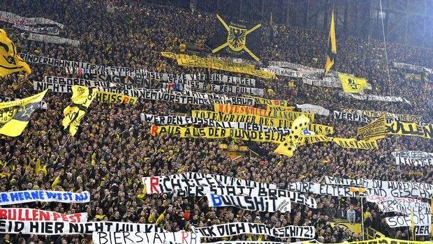 Οι οπαδοί της Ντόρτμουντ διαμαρτύρονται κατά της Λειψίας τον Οκτώβριο του 2017.