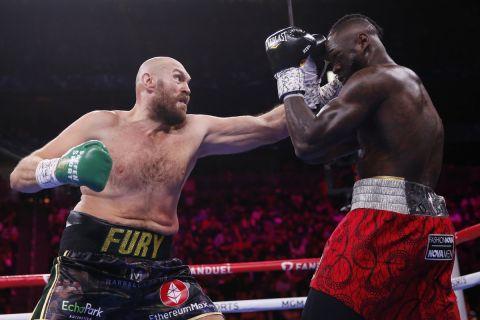 Ο Tyson Fury ενόσω χτυπά τον Wilder