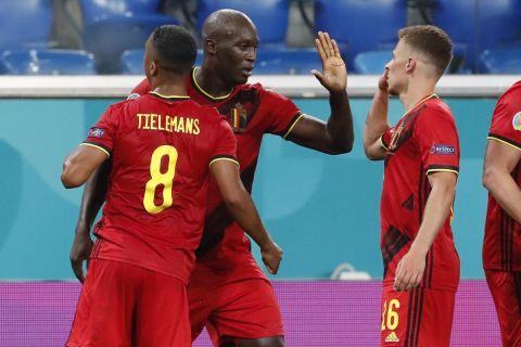 Οι παίκτες του Βελγίου πανηγυρίζουν το γκολ που πέτυχε ο Λουκάκου κόντρα στη Ρωσία