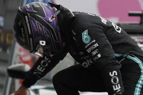 Ο Λιούις Χάμιλτον μετά την προσπάθειά του στις κατατακτήριες δοκιμές του ρωσικού grand prix