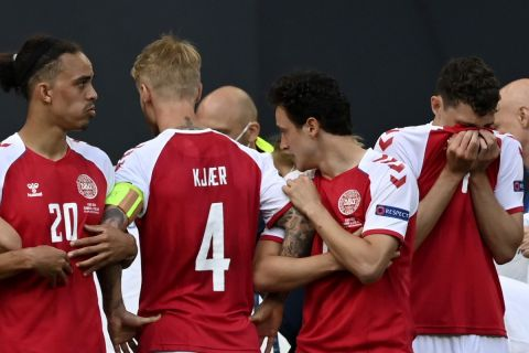 Οι παίκτες της εθνικής Δανίας μετά την κατάρρευση του Έρικσεν