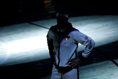 Ο Μπόμπι Πόρτις περιμένει υπομονετικά την έναρξη του Game 3 των NBA Finals ανάμεσα στους Μπακς και τους Σανς
