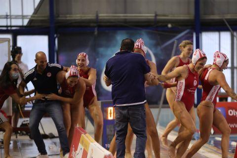 Οι κολυμβήτριες του Ολυμπιακού προσπαθούν να ρίξουν τον Χάρη Παυλίδη στην πισίνα στους πανηγυρισμούς του πρωταθλήματος