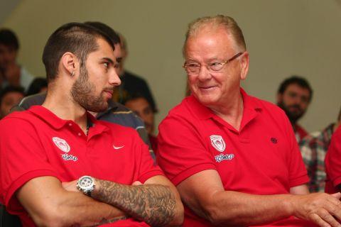 Ο Γιώργος Πρίντεζης με τον Ντούσαν Ίβκοβιτς στον Ολυμπιακό