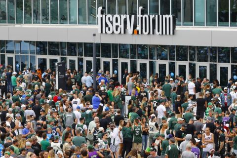 Η πρόσοψη του Fiserv Forum