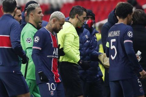 Η στιγμή που φεύγει από το γήπεδο ο Ρουμάνος διαιτητής και οι παίκτες της Παρί στον αγώνα με τη Μπασακσεχίρ