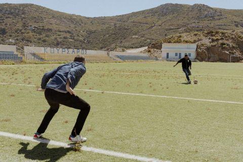 """Ο Νέρι Καστίγιο βαράει πέναλτι στον Θέμη Καίσαρη στο γήπεδο του """"Κουρσάρου"""""""