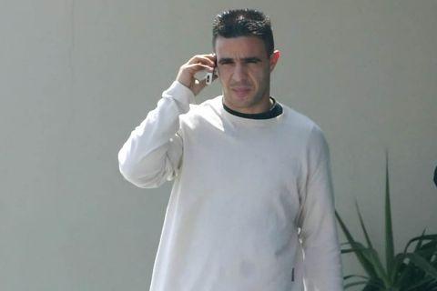 Ο Τάσος Πάντος μιλάει στο κινητό τηλέφωνο