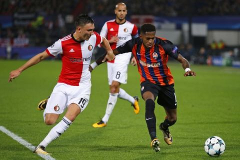 Shakhtar's Fred, right, and Feyenoord's Steven Berghuis vie for the ball during a Champions League Group F soccer match between Feyenoord and Shakhtar Donetsk at the Kuip stadium in Rotterdam, Netherlands, Tuesday, Oct. 17, 2017. (AP Photo/Peter Dejong)