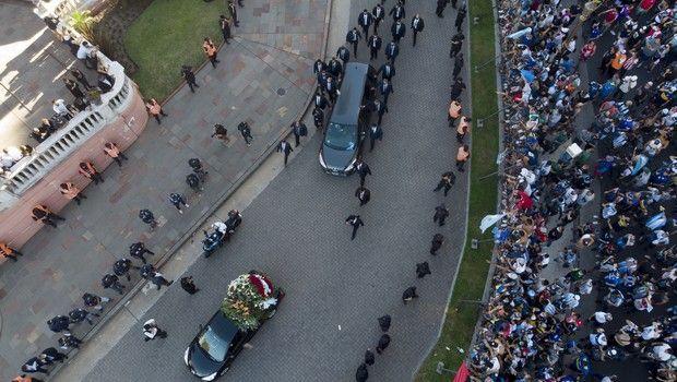 Ο οδηγός της νεκροφόρας που μετέφερε τη σορό του Ντιέγκο Μαραντόνα μπέρδεψε την έξοδο με αποτέλεσμα να καθυστερήσει η άφιξη στο κοιμητήριο της Μπέλα Βίστα.