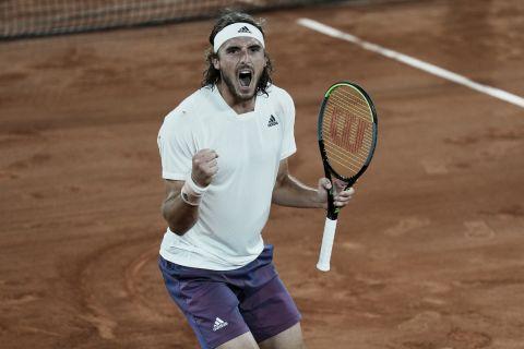 Ο Στέφανος Τσιτσιπάς πανηγυρίζει την πρόκριση στα ημιτελικά του Roland Garros