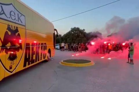Οι οπαδοί της ΑΕΚ υποδέχθηκαν την αποστολή στα Σπάτα πριν πάει στο ξενοδοχείο