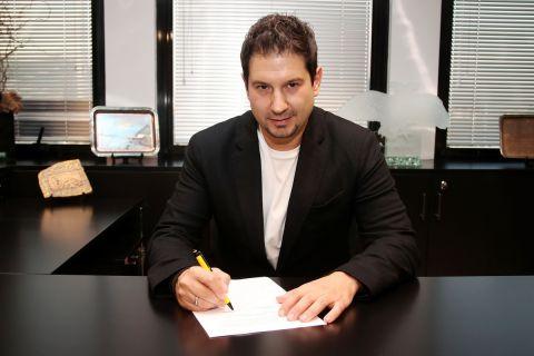 Ο Αργύρης Γιαννίκης υπογράφει το συμβόλαιό του με την ΑΕΚ