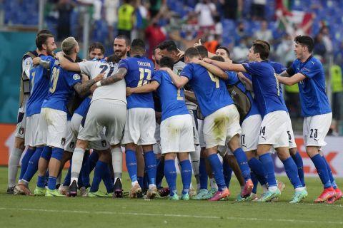Οι παίκτες της Ιταλίας πανηγυρίζουν τη νίκη επί της Ουαλίας στο Euro 2020