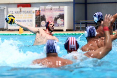 Ο Ντίνος Γενηδουνιάς σε αγώνα του Ολυμπιακού με τον Απόλλωνα