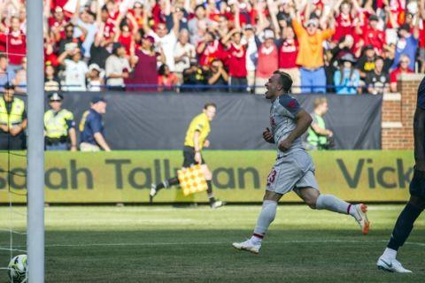 Xherdan Shaqiri, del Liverpool, festeja tras anotar de chilena ante el Manchester United durante un encuentro amistoso realizado el sábado 28 de julio de 2018, en Ann Arbor, Michigan (AP Foto/Tony Ding)