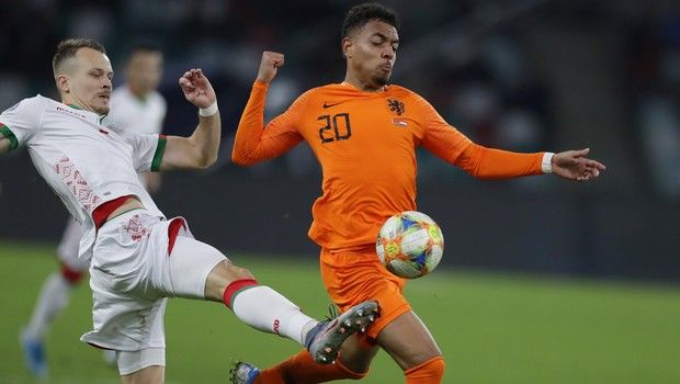 Netherlands' Donyell Malen, center, and Belarus' Denis Polyakov compete for the ball during the Euro 2020 group C qualifying soccer match between Belarus and Netherlands at the Dinamo stadium in Minsk, Belarus, Sunday, Oct. 13, 2019. (AP Photo/Sergei Grits)