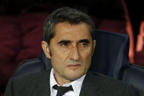 Ο Βαλβέρδε στον πάγκο της Μπαρτσελόνα στο Καμπ Νόου κόντρα στη Μάντσεστερ Γιουνάιτεντ για το Champions League.