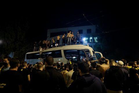 Στιγμιότυπο από την άφιξη της αποστολής της ομάδας χάντμπολ της ΑΕΚ στη Νέα Φιλαδέλφεια μετά την κατάκτηση του EHF Cup