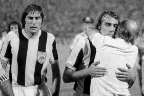Δίπλα στον Γιώργο Κούδα μετά το ΠΑΟΚ - Μπαρτσελόνα 1-0 το 1975