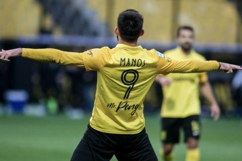 Ο Μάνος πανηγυρίζει κόντρα στον Αστέρα Τρίπολης στα playoffs της Super League Interwetten