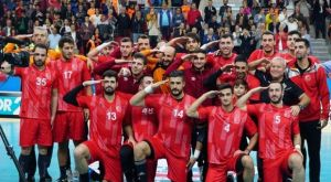 Τούρκοι παίκτες της ΑΕΚ και του Ολυμπιακού χαιρετούν στρατιωτικά