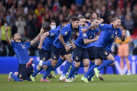 Οι παίκτες της Ιταλίας πανηγυρίζουν τη νίκη - πρόκριση στον τελικό του Euro 2020