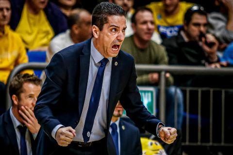 Ο Γιάννης Σφαιρόπουλος σε φάση από αγώνα της Μακάμπι Τελ Αβίβ στη EuroLeague