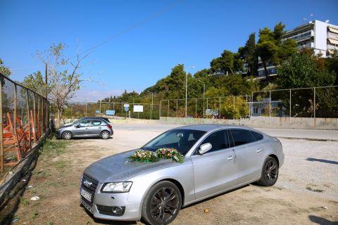 Λουλούδια στο αυτοκίνητο όπου βρέθηκε νεκρός ο Νίκος Τσουμάνης στη Νέα Κρήνη   Τρίτη 5 Οκτωβρίου 2021