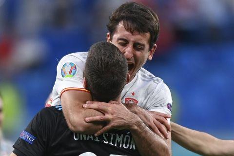 Ο Σιμόν πανηγυρίζει με τον Οϊρθάμπαλ μετά την πρόκριση των Ισπανών επί της Ελβετίας στα πέναλτι | 2 Ιουλίου 2021