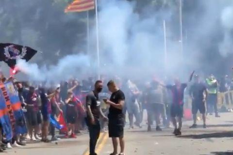 Οι οπαδοί της Μπαρτσελόνα υποδέχονται την αποστολή της ομάδας τους πριν απ' το ντέρμπι με την Ατλέτικο