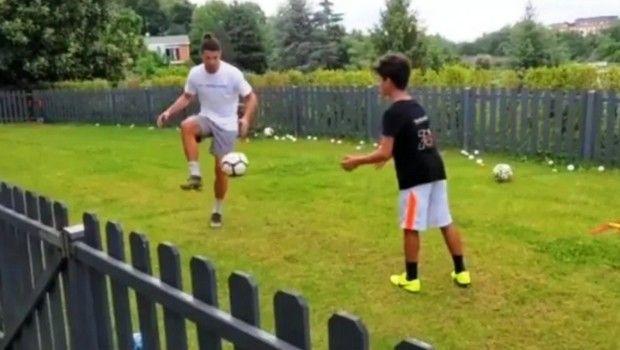 Ο Ρονάλντο μπάλα στον κήπο, η Χεορχίνα στο γυμναστήριο