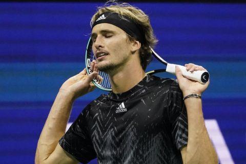 Ο Αλεξάντερ Ζβέρεβ κατά τη διάρκεια αγώνα με τον Νόβακ Τζόκοβιτς στο US Open   10 Σεπτεμβρίου 2021