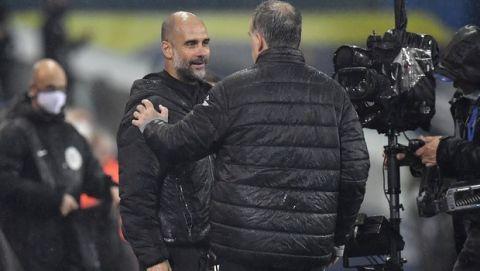 Ο Πεπ Γκουαρδιόλα συνομιλεί με τον Μαρσέλο Μπιέλσα στο πλαίσιο του αγώνα της Λιντς με την Μάντσεστερ Σίτι για την Premier League
