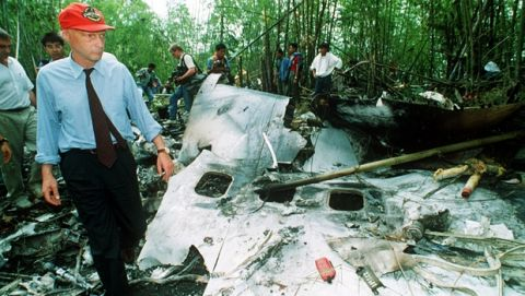 Aircrashes - Lauda Airline. Niki Lauda walks through the debris of an Austrian airliner which exploded and crashed over a remote jungle area of Thailand on May 26, 1991. All 223 passengers were killed. (AP-Photo/Jeff Widener)  27.5.1991