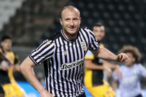 Ο Κρμέντσικ πανηγυρίζει γκολ του στην αναμέτρηση του ΠΑΟΚ με την ΑΕΚ για τα ημιτελικά του Κυπέλλου Ελλάδας.