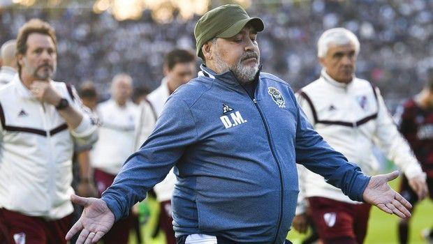 Ο Ντιέγκο Μαραντόνα περπατάει στον αγωνιστικό χώρο ως προπονητής της Χιμνάσια Λα Πλάτα κόντρα στην Ρίβερ στις 28 Σεπτεμβρίου του 2019.