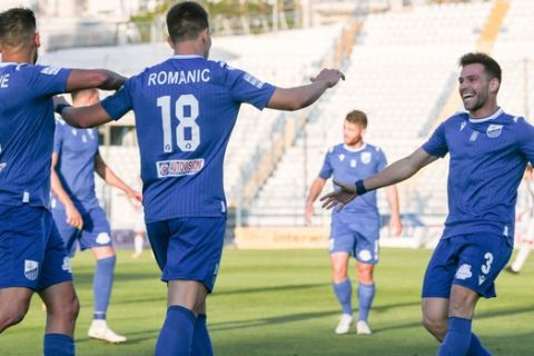 Οι παίκτες της Λαμίας πανηγυρίζουν γκολ του Ρόμαριτς κόντρα στον Απόλλωνα