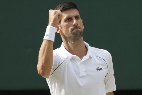 Ο Νόβακ Τζόκοβιτς πανηγυρίζει στον τελικό του Wimbledon κόντρα στον Ματέο Μπερετίνι