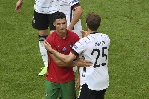 Ο Κριστιάνο Ρονάλντο με τη φανέλα της Πορτογαλίας μετά από ματς κόντρα στην Γερμανία στα τελικά του Euro 2020