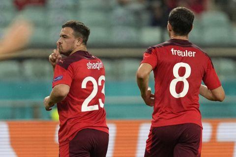 Ο Τζερντάν Σακίρι πανηγυρίζει γκολ του με την Ελβετία κόντρα στην Τουρκία στο Euro 2020