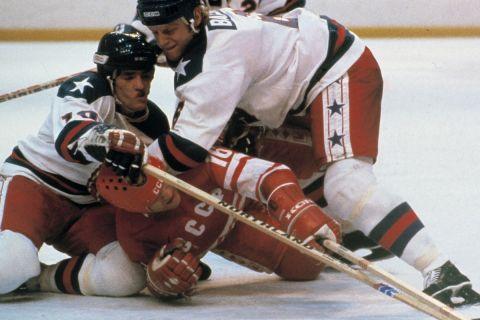 Μονομαχία Αμερικανών και Σοβιετικού στη διάρκεια του αγώνα που έκρινε το χρυσό μετάλλιο στους Χειμερινούς Ολυμπιακούς Αγώνες του 1980