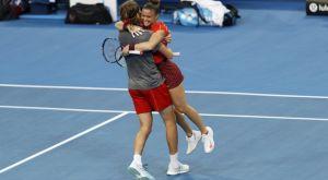 Australian Open: Με σουβλάκια γιόρτασαν την πρόκρισή τους οι Τσιτσιπάς και Σάκκαρη