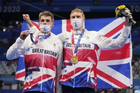Οι Ντιν και Σκοτ ποζάρουν με τα μετάλλια στα 200μ. ελεύθερο
