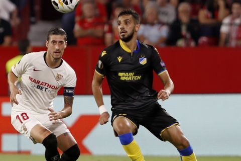 Ο Αλ Ταμάρι μάχεται για την μπάλα με τον Εσκουδέρο στο Σεβίλλη - ΑΠΟΕΛ για το Europa League.