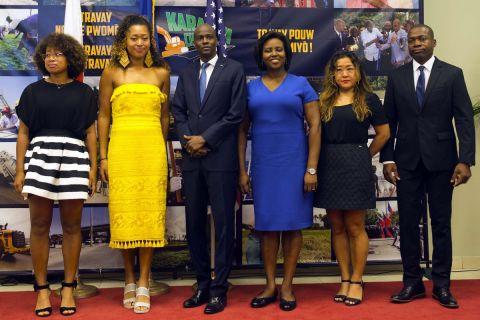 Η Ναόμι Οσάκα με την αδερφή της Μαρί (αριστερά) τον Πρόεδρο της Αϊτής (κέντρο) και την Πρώτη Κυρία, μαζί με τους γονείς της Ταμάκι Οσάκα και Λεονάρντ Μαξίμ Φρανσουά (δεξιά)